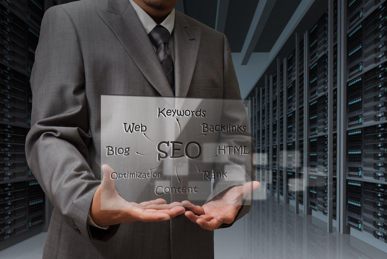mão de homem de negócios mostra a tela virtual do diagrama SEO